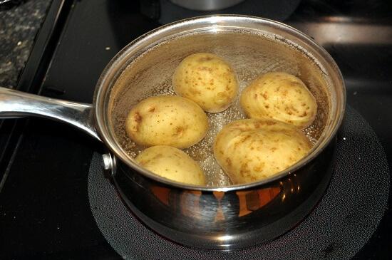 luộc khoai tây