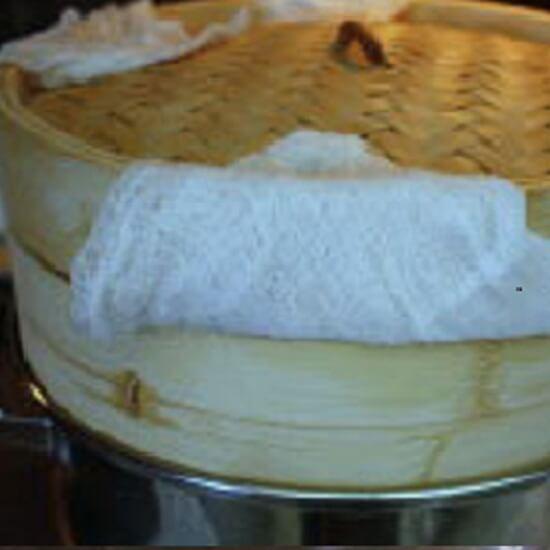 Cho bột vào nồi hấp để làm bánh gạo tokbokki