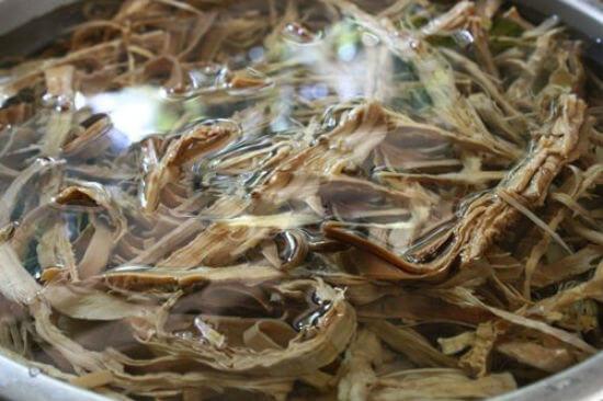 Sơ chế măng làm món vịt nấu măng khô