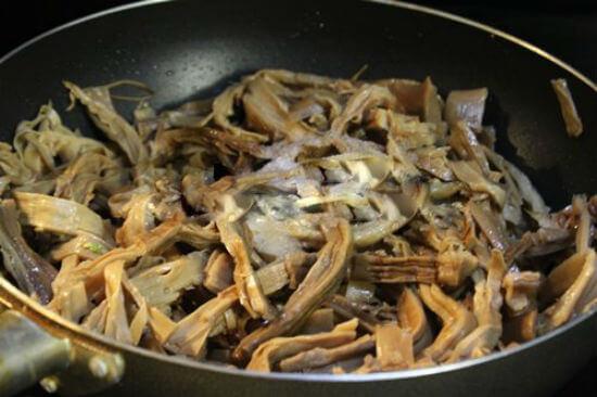 Phi thơm hành, cho măng để nấu món vịt nấu măng khô vào xào