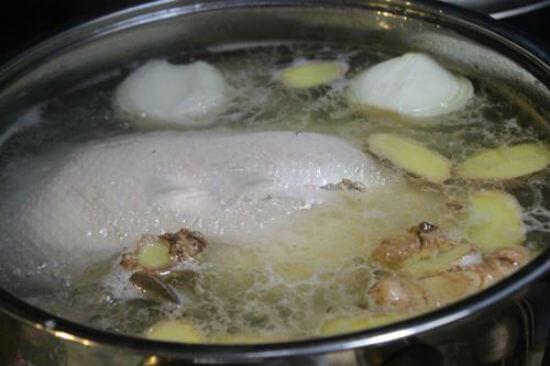 Chuẩn bị phần nước dùng cho món vịt nấu măng khô