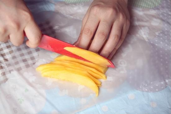 Cách làm bánh tiramisu hoa quả - gọt vỏ xoài và cắt lát thật mỏng