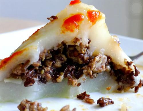 Bánh giò dùng chung với tương ớt để kích thích vị giác hơn - cách làm bánh giò ngon