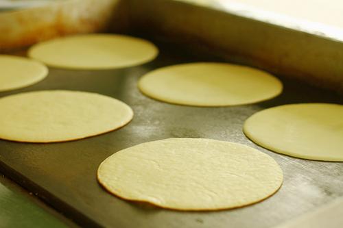 Đợi đến khi mặt bột se lại là đạt yêu cầu - cách làm bánh sầu riêng
