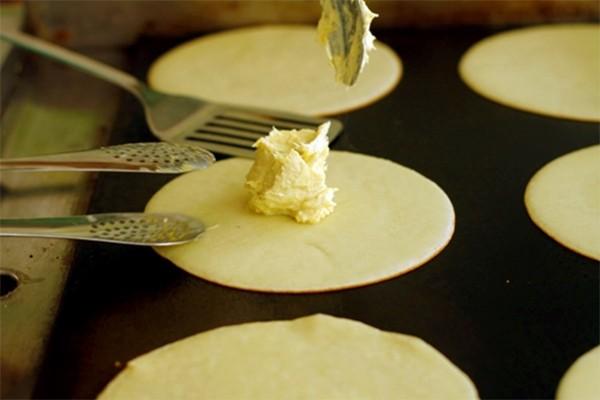 Cho nhân bánh và sầu riêng vào giữa vỏ bánh và gói lại - cách làm bánh sầu riêng