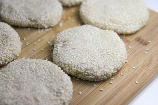 Lăn 2 mặt bánh tiêu qua vừng (mè trắng) - cách làm bánh tiêu ngon