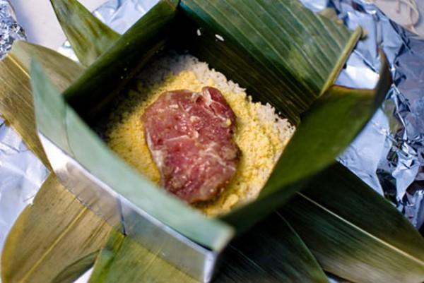 Cách làm bánh chưng xanh - Cho lần lượt gạo, đỗ, thịt vào khuôn