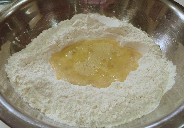 Cách làm bánh bao ngon - đổ nước men, sữa tươi vào chộn đều với bột