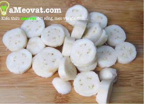 Cách làm bánh chuối nướng - Bóc vỏ chuối và cắt thành từng lát tròn đều nhau