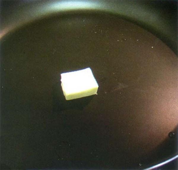 Bạn cho một chút bơ lên chảo trước khi chiên bánh - cách làm bánh crepe