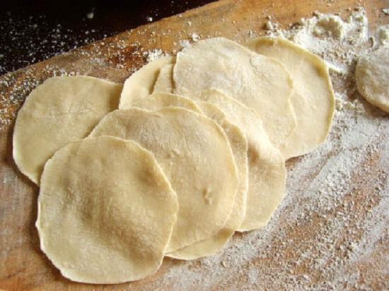 Cách làm vỏ bánh gối - cán bột thành từng miếng mỏng