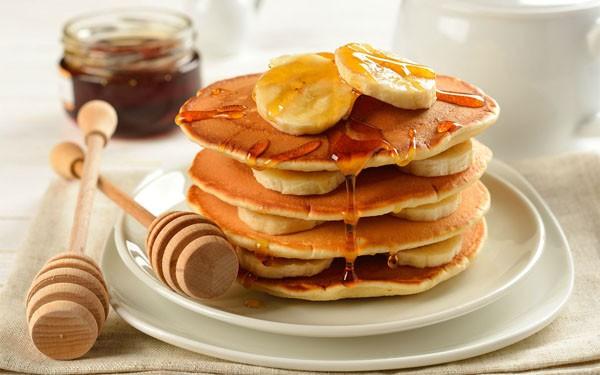 Bạn có thể kẹp bánh với hoa quả, kem tươi hay socola tuỳ ý - cách làm bánh pancake