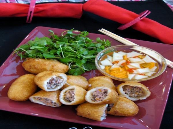Bánh rán mặn thường được ăn kèm với nước chấm chua ngọt hoặc tương ớt - cach lam banh ran