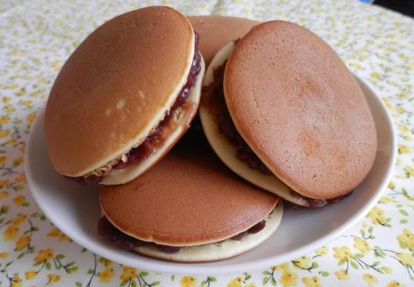 Cách làm bánh rán doremon - cho nhân đậu đỏ vào giữa 2 vỏ bánh rán, ép sát chúng vào nhau