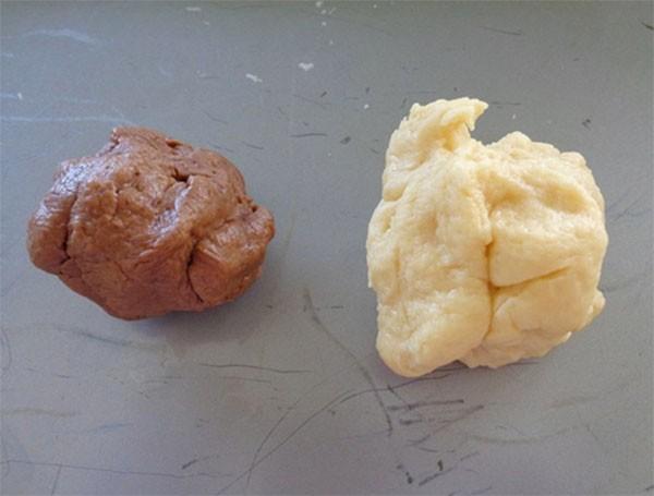 Chi bột làm hai phần và trộn 1 phần với bột ca cao - cách làm bánh tai heo