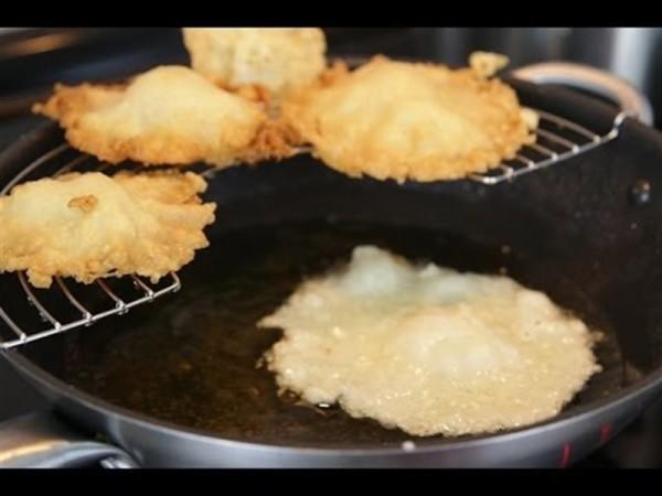 Thực hiện rán vàng đều 2 mặt bánh tái yến - cach lam banh tai yen