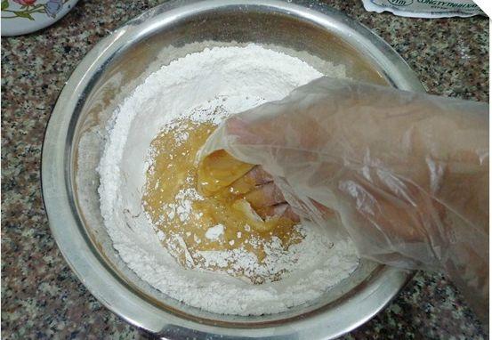 Cách làm bánh trung thu nướng - trộn đều hỗn hợp lại với nhau