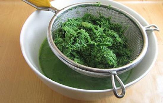 Xay và lọc lấy nước lá dứa - cách làm bánh bò nướng
