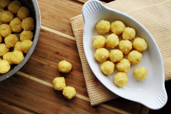 Cách làm bánh khoai môn - Nắm đậu xanh đường thành từng nắm nhỏ thật chặt