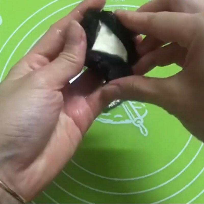 Bước 3 Bọc nhân phô mai Bánh Trung Thu socola nhân phô mai